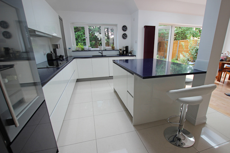 White gloss lacquer kitchen with Blackberry accents​ LWK London Kitchens Moderne Küchen