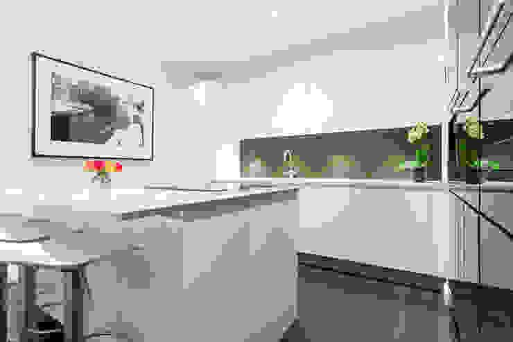 White gloss lacquer kitchen island Modern kitchen by LWK London Kitchens Modern