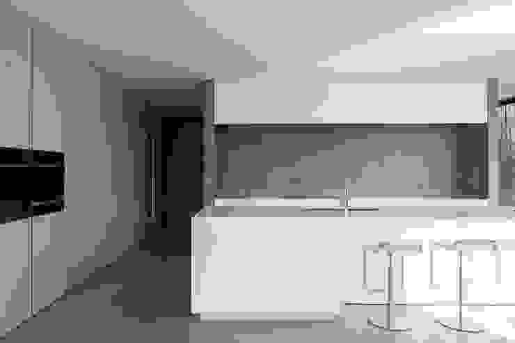 woning en kantoor volledig in ter plaatse gestort beton Minimalistische keukens van pluspunt architectuur Minimalistisch