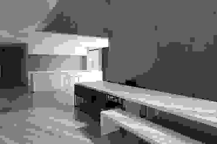 woning en kantoor volledig in ter plaatse gestort beton Minimalistische eetkamers van pluspunt architectuur Minimalistisch
