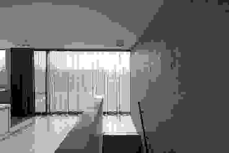 woning en kantoor volledig in ter plaatse gestort beton Minimalistische gangen, hallen & trappenhuizen van pluspunt architectuur Minimalistisch