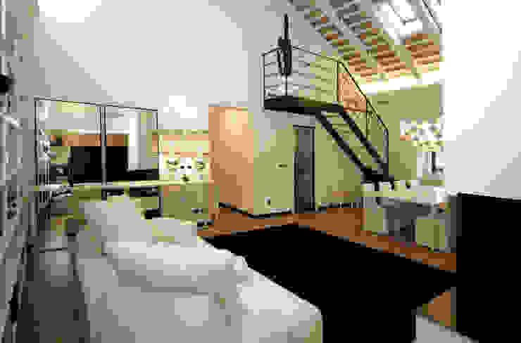 Casa S Arch. Roberto Buzzi Ingresso, Corridoio & Scale in stile moderno