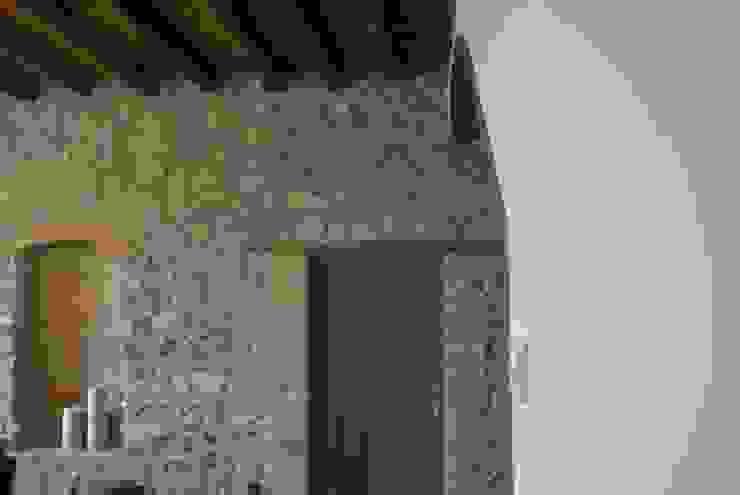 CASA RURAL EN GURB VIC (BARCELONA) Pasillos, vestíbulos y escaleras de estilo rústico de KITS INTERIORISME Rústico