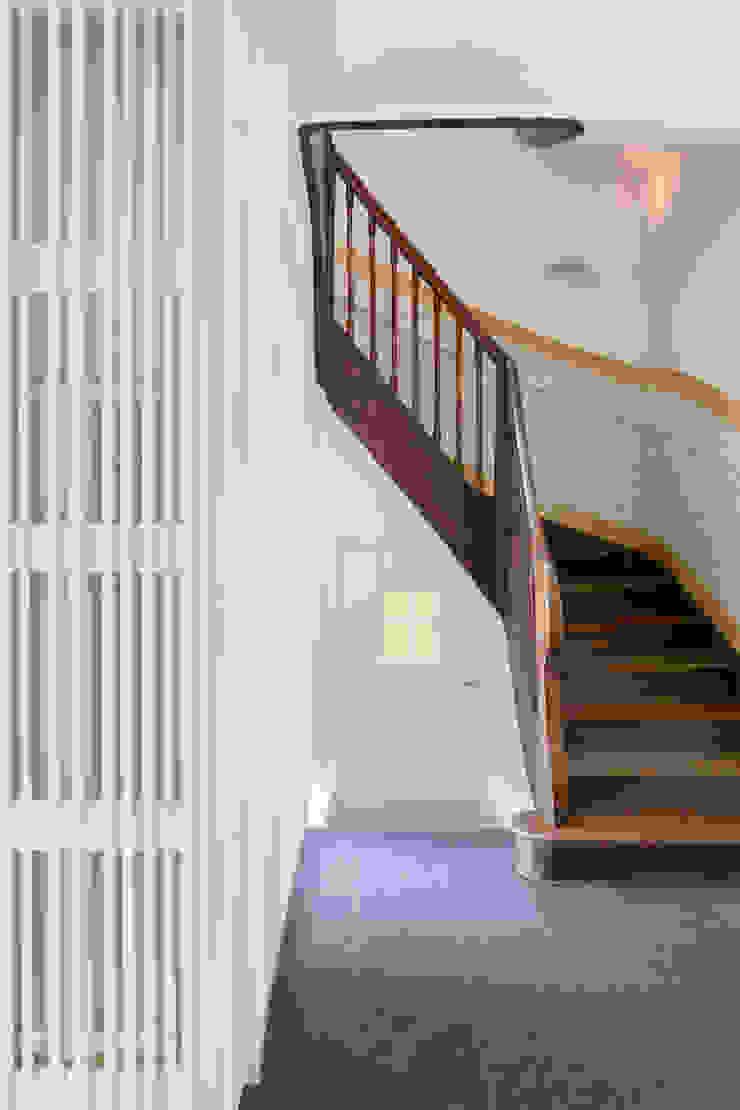 Classic corridor, hallway & stairs by Löffler Weber | Architekten Classic