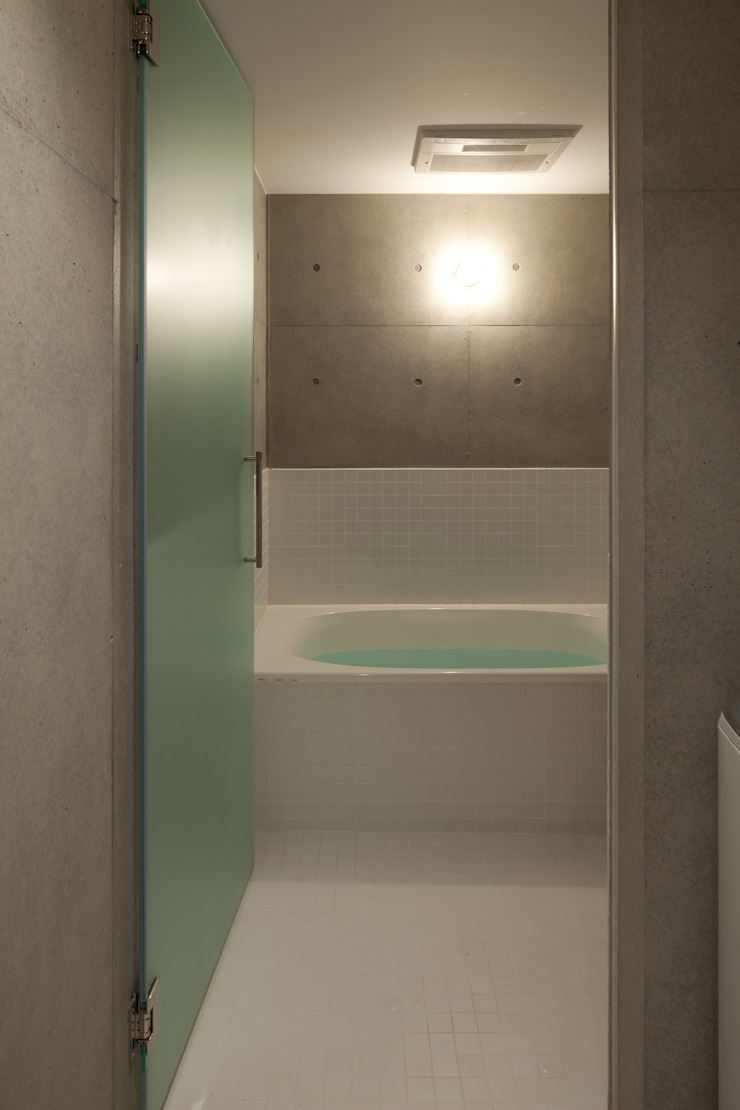 Studio R1 Architects Office Modern bathroom