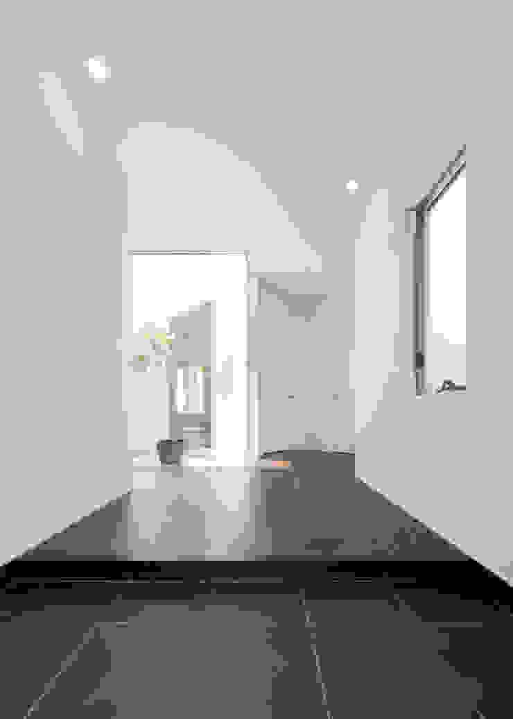 Paredes y pisos modernos de 株式会社細川建築デザイン Moderno