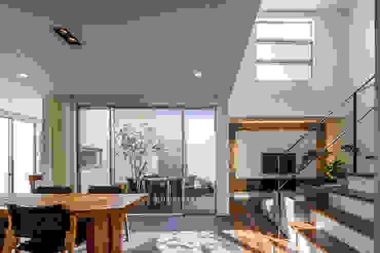 Salon moderne par 株式会社細川建築デザイン Moderne