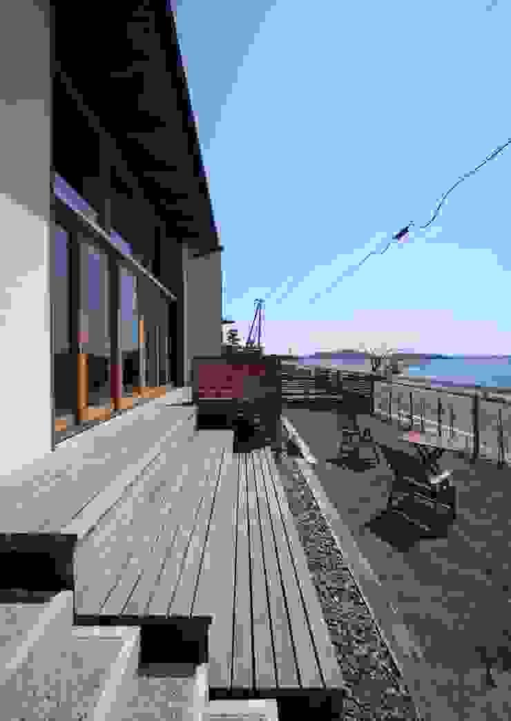階段デッキテラス モダンデザインの テラス の 久保田英之建築研究所 モダン