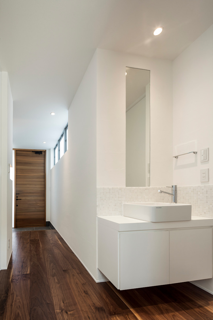 Modern corridor, hallway & stairs by 株式会社細川建築デザイン Modern