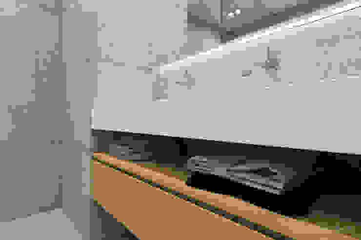 Minimalist style bathroom by MIRAI STUDIO Minimalist