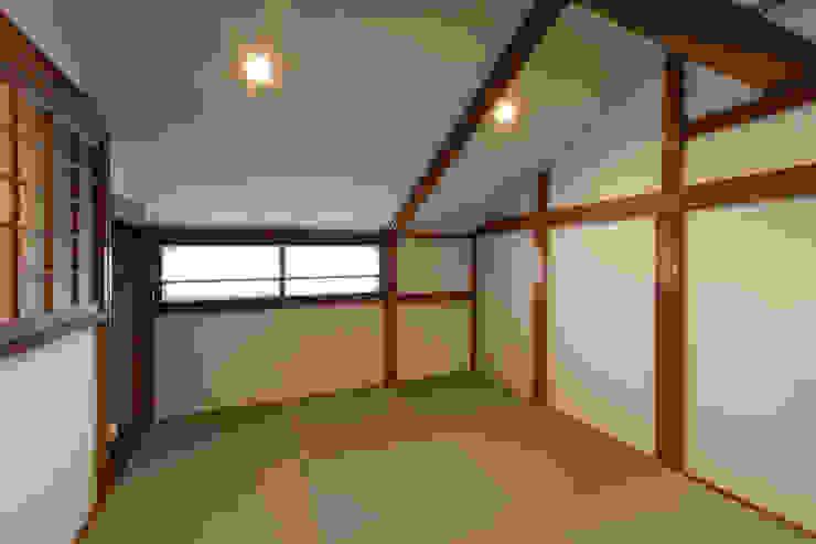 もともとの木製窓を保存した部屋 クラシックデザインの 多目的室 の 結人建築設計事務所 クラシック
