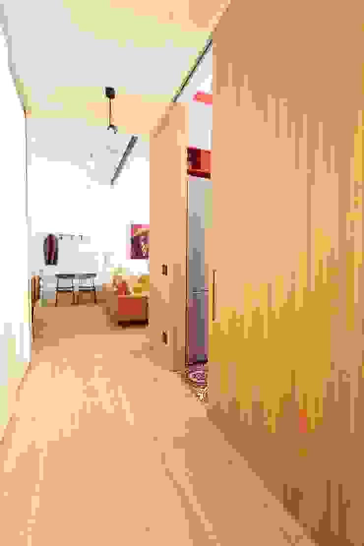 Pasillos, vestíbulos y escaleras modernos de studio magna Moderno