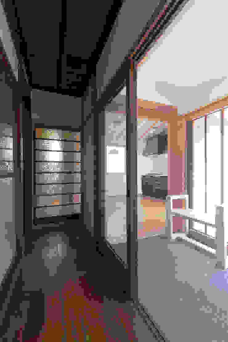 古き廊下より新たな増築部を見る 和風の 玄関&廊下&階段 の 結人建築設計事務所 和風