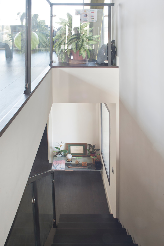 VIVIENDA UNIFAMILIAR 100% FENG SHUI Pasillos, vestíbulos y escaleras de estilo moderno de AREA FENG SHUI │Arquitectura Interiorismo y Decoración Feng Shui Moderno