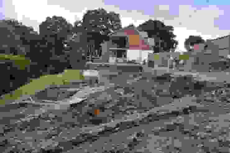 Camilia Cottage - site development - During the build Rustic style garden by Hampshire Design Consultancy Ltd. Rustic