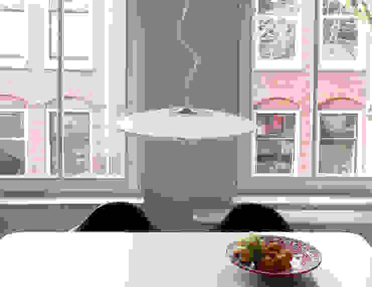 Disque hanglamp boven eettafel: modern  door Marc Th. van der Voorn, Modern