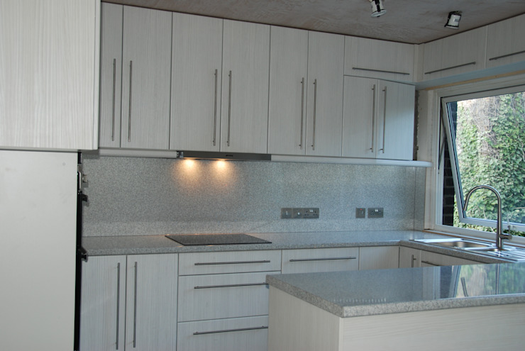 Cooking area after renovation de The Kitchen Makeover Shop Ltd