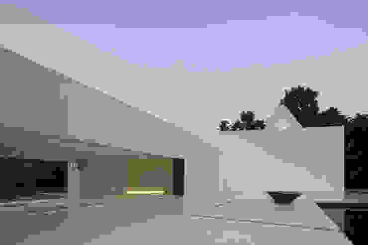 Balcones y terrazas de estilo moderno de NEED21 ASSOCIATES Moderno