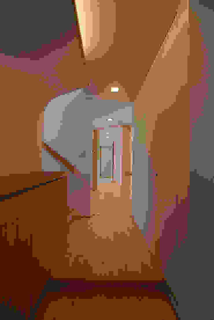 Couloir, entrée, escaliers originaux par 伊達剛建築設計事務所 Éclectique