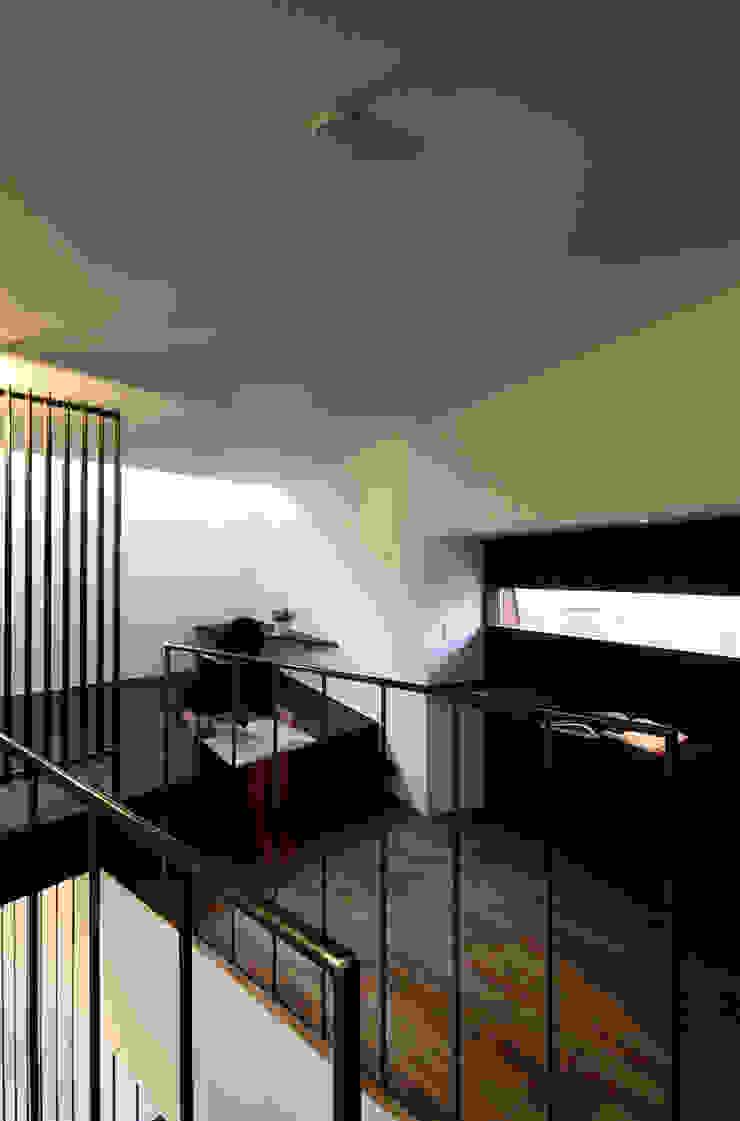主寝室1 モダンスタイルの寝室 の 石塚和彦アトリエ一級建築士事務所 モダン