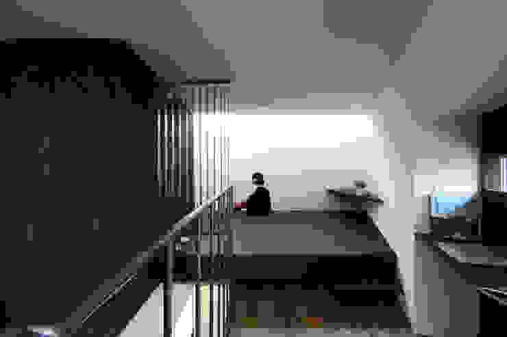 主寝室2: 石塚和彦アトリエ一級建築士事務所が手掛けた寝室です。,モダン