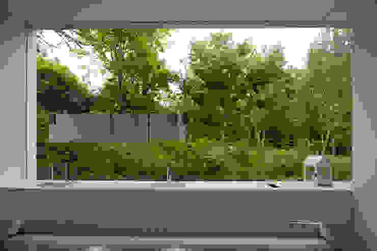 白의 집 _: NEED21 ASSOCIATES의  욕실,모던