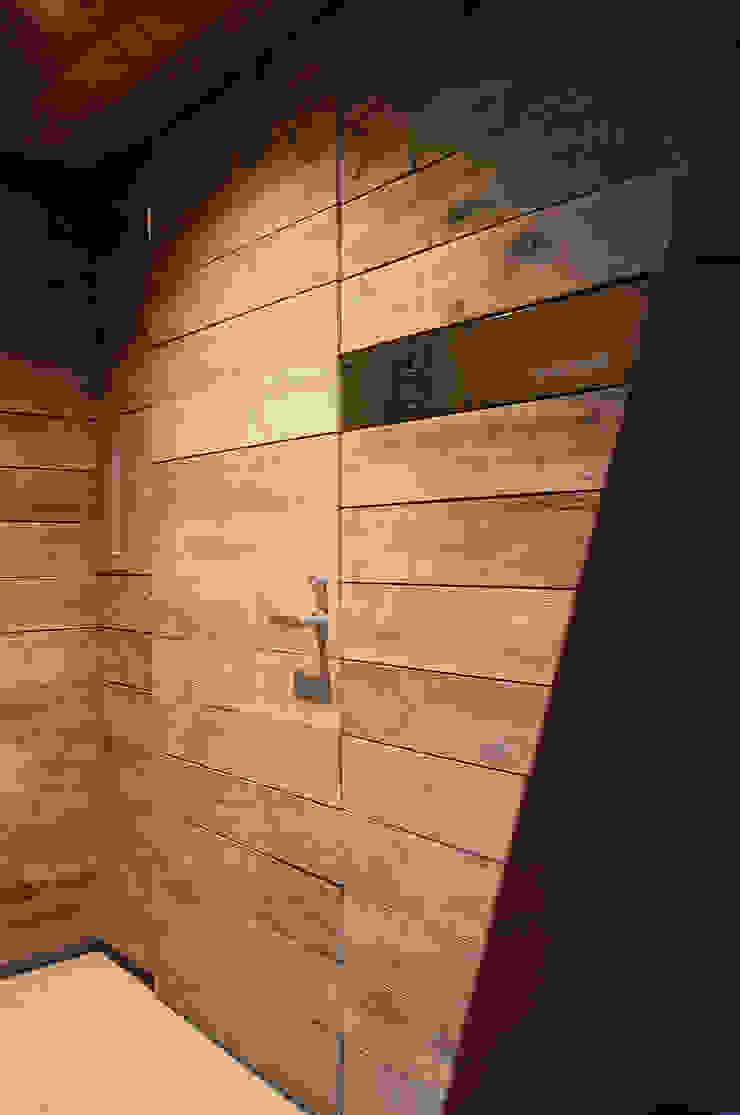 玄関 モダンな 窓&ドア の 石塚和彦アトリエ一級建築士事務所 モダン