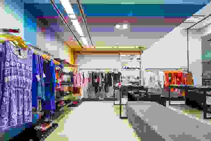Loja Casual - multimarcas e calçados Melissa Escritórios modernos por Enzo Sobocinski Arquitetura & Interiores Moderno