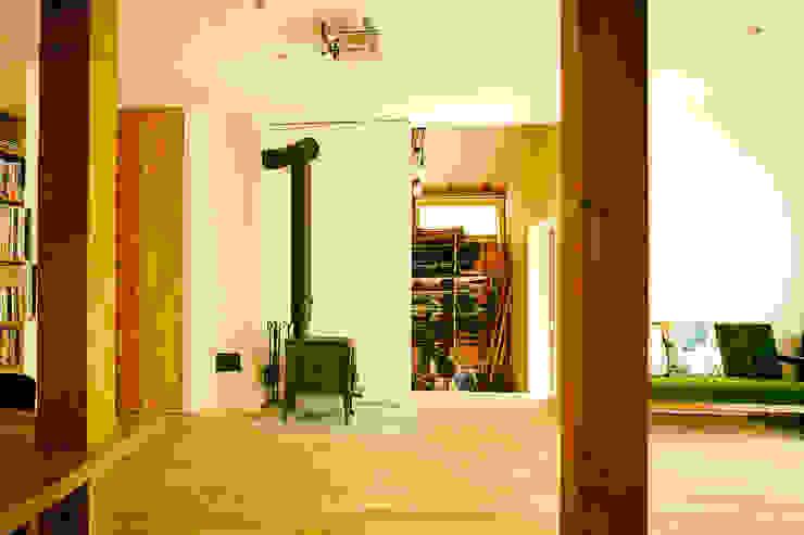 リビングルーム3 モダンデザインの リビング の 石塚和彦アトリエ一級建築士事務所 モダン
