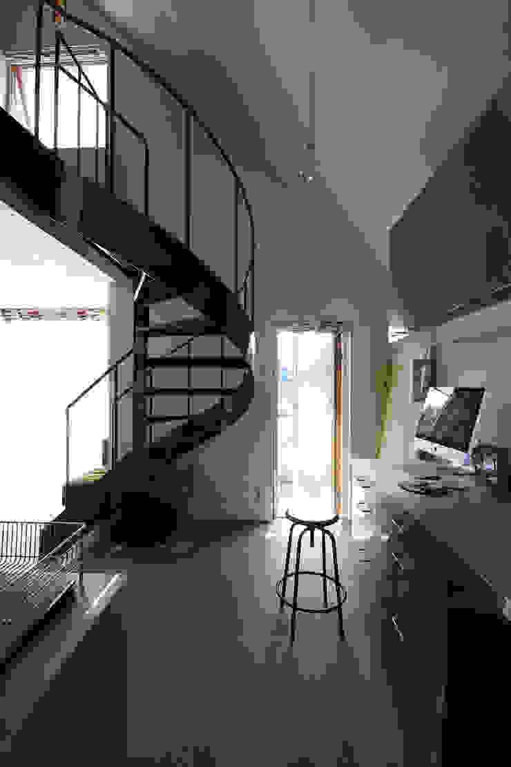 キッチン・螺旋階段 モダンな キッチン の 石塚和彦アトリエ一級建築士事務所 モダン