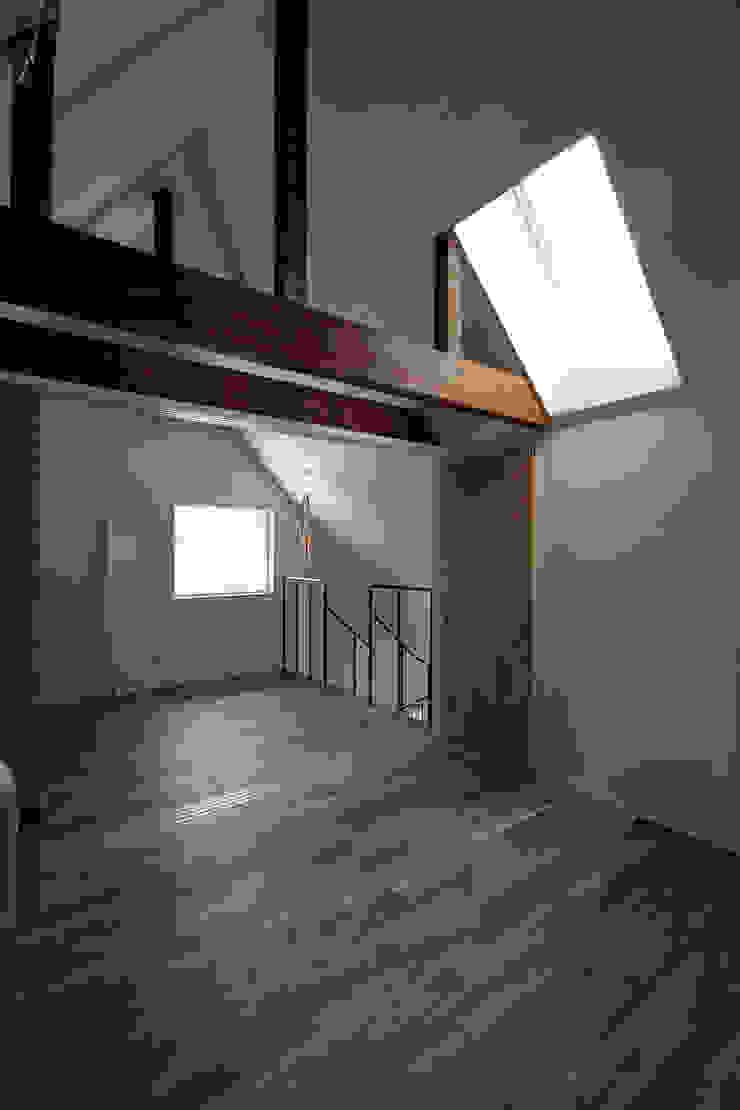 主寝室・客間 モダンスタイルの寝室 の 石塚和彦アトリエ一級建築士事務所 モダン