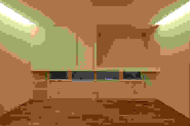 主寝室2 モダンスタイルの寝室 の 石塚和彦アトリエ一級建築士事務所 モダン