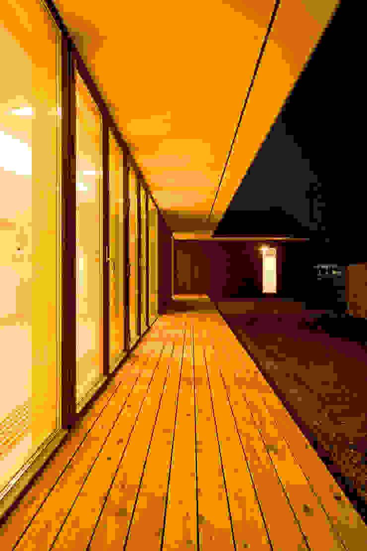 縁側夕景 モダンデザインの テラス の 石塚和彦アトリエ一級建築士事務所 モダン
