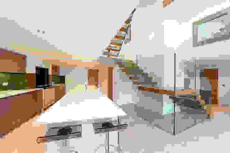 Tolmers Park Pasillos, vestíbulos y escaleras modernos de Tye Architects Moderno
