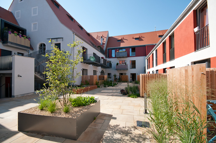 neugestalteter Hinterhof mit Neubau Seidel+Architekten Minimalistischer Balkon, Veranda & Terrasse