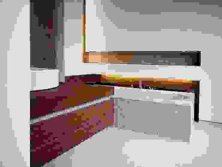 wohnhaus mit torhaus, soltau Moderne Badezimmer von Peter Olbert Architekt Modern