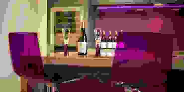 Vibrant Purple Glass Splashback in Modern Zebrano Kitchen with integrated glass island. Modern kitchen by DIYSPLASHBACKS Modern Glass