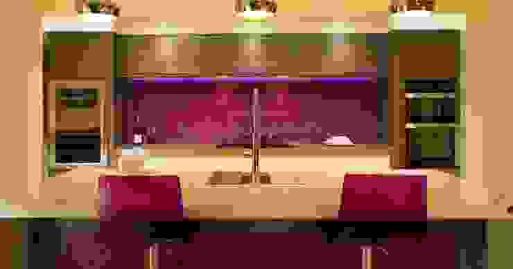 Vibrant Purple Glass Splashback in Modern Zebrano Kitchen with integrated glass island. Modern kitchen by DIYSPLASHBACKS Modern