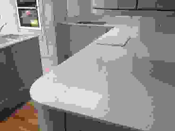 CimStone Sines Quartz Worktops Cocinas de estilo clásico de Marbles Ltd Clásico