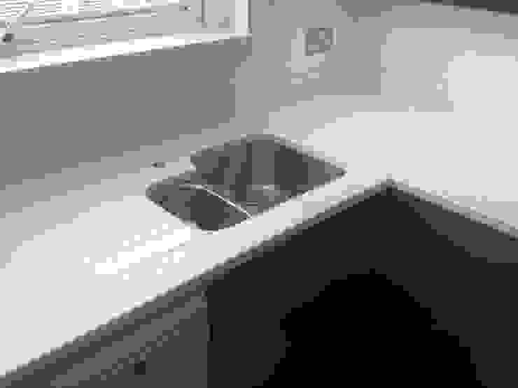 Samsung Everest White Quartz Worktops Modern kitchen by Marbles Ltd Modern