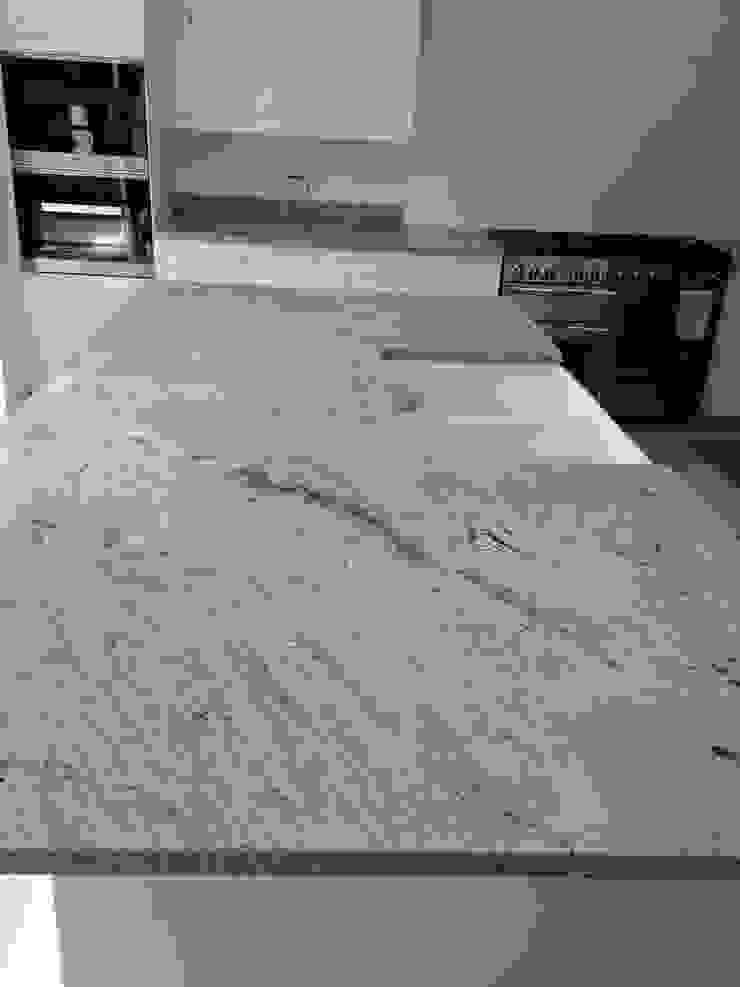 Ivory Fantasy Granite Worktops Cocinas de estilo clásico de Marbles Ltd Clásico