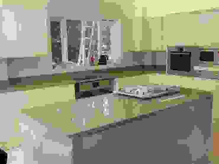 Samsung Bristol Beige Quartz Worktops Cocinas de estilo moderno de Marbles Ltd Moderno