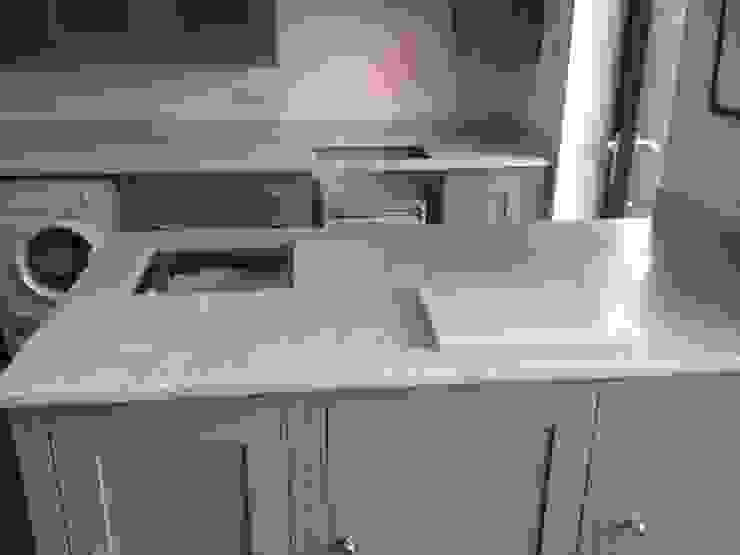 Honed Carrara Marble Worktops Cocinas de estilo clásico de Marbles Ltd Clásico