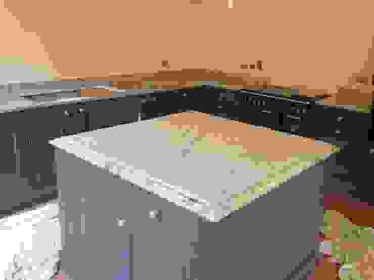 Shivakashi Yellow Granite Worktops Cocinas de estilo clásico de Marbles Ltd Clásico