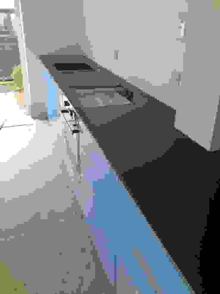 Leathered Black Granite Worktops Cocinas de estilo moderno de Marbles Ltd Moderno