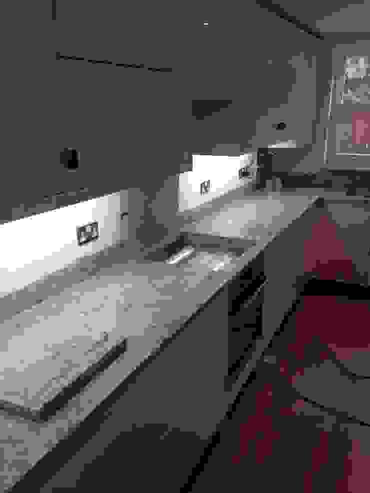 New Kashmir White Granite Worktops Cocinas de estilo clásico de Marbles Ltd Clásico