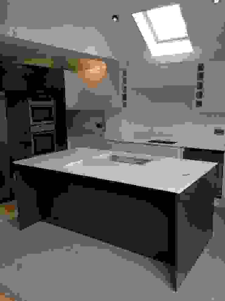 Samsung Aleutian White Quartz Worktops Cocinas de estilo moderno de Marbles Ltd Moderno