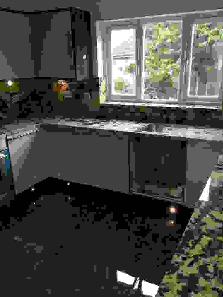 Delicatus Granite Worktops & Full height upstands Cocinas de estilo clásico de Marbles Ltd Clásico