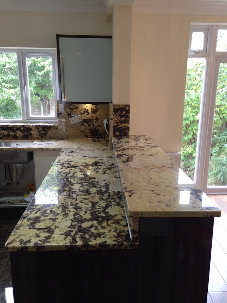 Delicatus Granite Worktops & Full height upstands Cocinas de estilo ecléctico de Marbles Ltd Ecléctico