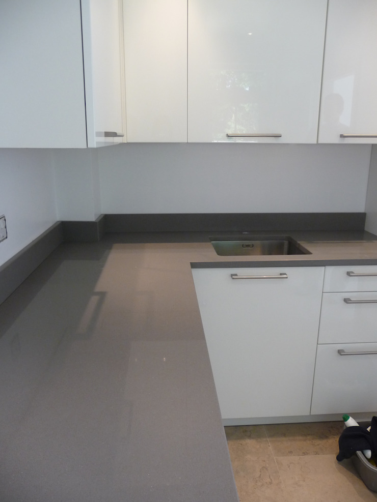 Silestone Gris Expo Quartz Worktops Cocinas de estilo moderno de Marbles Ltd Moderno